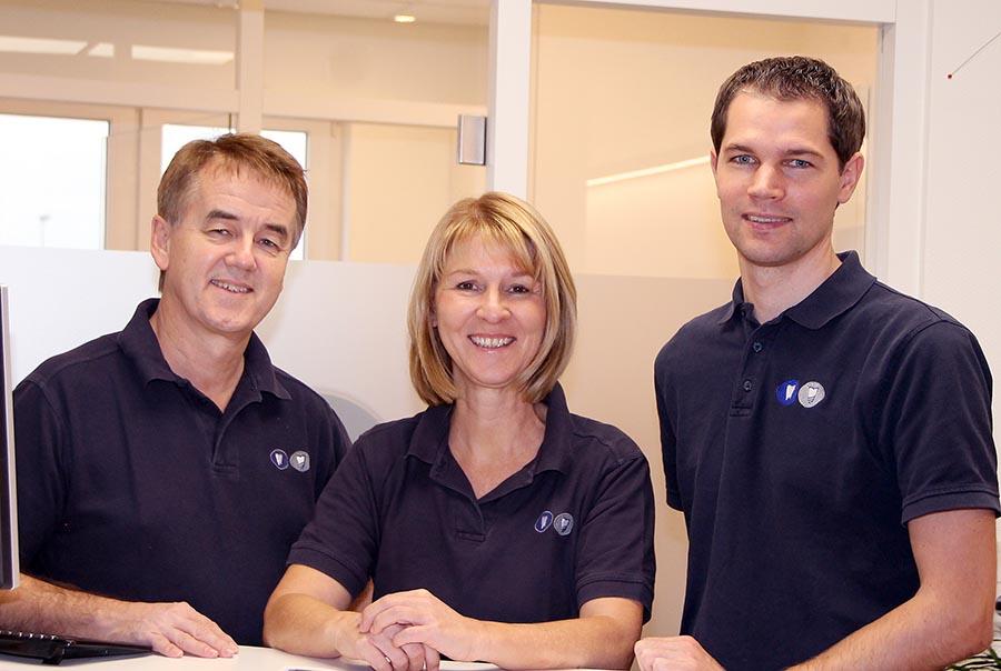 Zahnarzt Kassel: Unsere Zahnärzte (von links) Dr. Eberhard Frisch M.Sc. (Zahnarzt, Implantologe), Dr. Heike Schapiro-Frisch (Zahnärztin, Oralchirurgin) und Bernhard Wagner (Zahnarzt) helfen Ihnen gerne weiter.