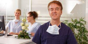 Sie interessieren sich für Zahnimplantate in Borgentreich? Nehmen Sie Kontakt zu einer unserer Praxen auf. Wir freuen uns auf Ihren Anruf.