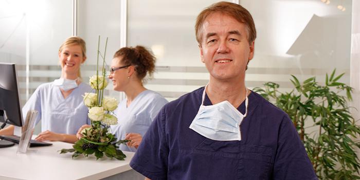 Dr. Frisch ist Spezialist für Implantatprobleme