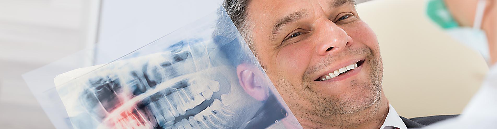 Wenn es um Ihre Zähne geht, vertrauen Sie unserem professionellen Team in der Zahnarzt Praxis in Hofgeismar für den Raum Kassel bis Göttingen. Wir sind spezialisiert auf Zahnimplantate, Prohylaxe, Veneers und Narkose.