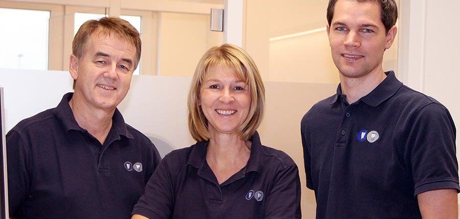 Zahnarzt Warburg: Sie suchen einen Zahnarzt in Warburg? Kommen Sie nach Hofgeismar. Unsere Zahnärzte (von links) Dr. Eberhard Frisch M.Sc. (Zahnarzt, Implantologe), Dr. Heike Schapiro-Frisch (Zahnärztin, Oralchirurgin) und Bernhard Wagner (Zahnarzt) helfen Ihnen gerne weiter.
